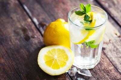 أهم الفوائد الصحية لتناول الماء بالليمون في الصباح