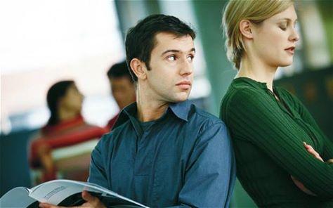 6 أشياء يلاحظها الرجل في المرأة عندما يراها للمرة الأولى