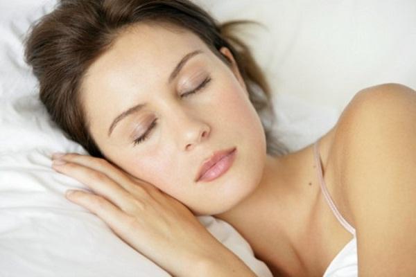6 عادات ليلية قد تضر ببشرتك