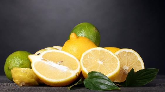 بمزيج الليمون الحامض اصبغي شعرك بألوان مختلفة !